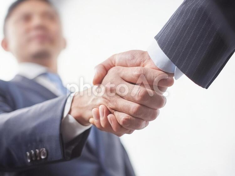 ビジネスイメージ・握手の写真