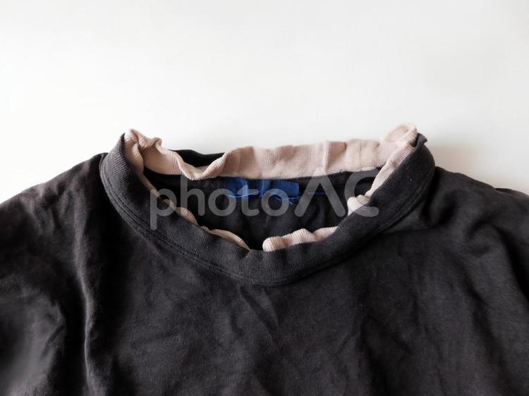 襟がヨレヨレのTシャツの写真