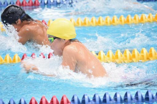 노란 모자 수영 선수