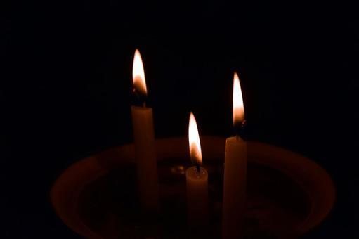 어둠에 불타는 촛불