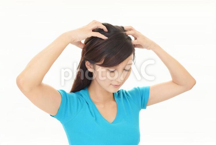 スカルプケアをする女性の写真