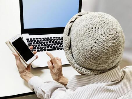 스마트 폰과 노트북을 구사하는 노인 여성