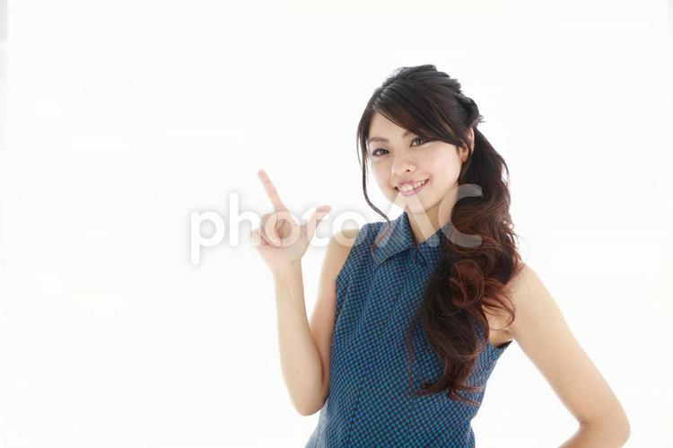 指差しする日本人女性5の写真