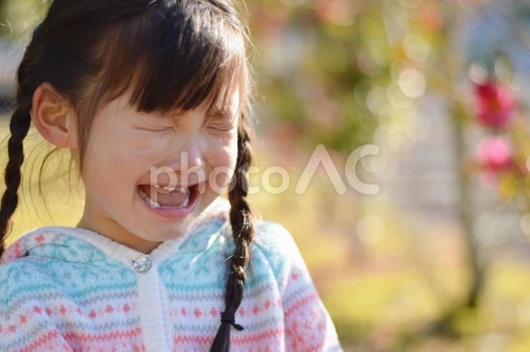 泣く子供の写真