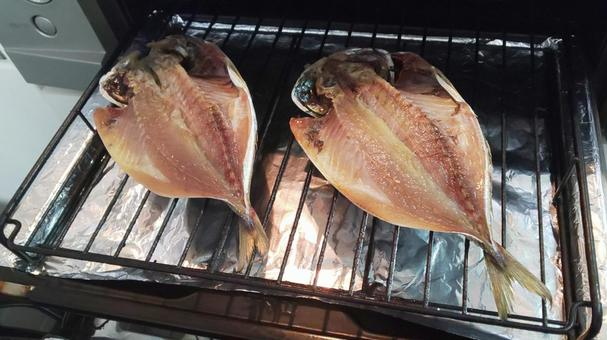 Bake two horse mackerels on the grilled fish!