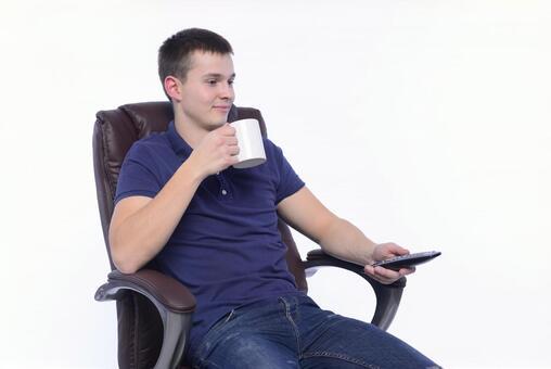 의자에 앉아 리모콘을 가진 남자 11