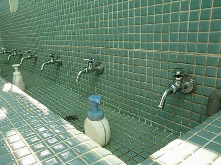 화장실 시설과 비누 이미지