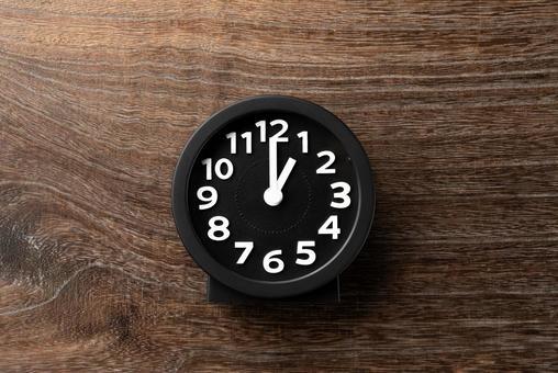 Clock 1 o'clock 13:00