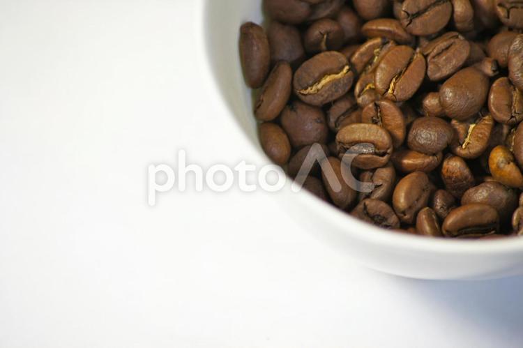カップに入ったコーヒー豆の写真