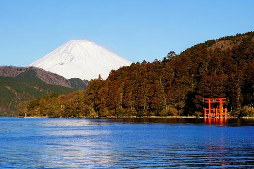 元箱根港から見た箱根神社の赤い鳥居と冠雪した富士山