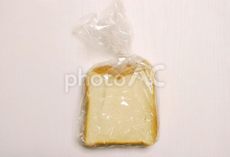 スーパーの安売り食パンの写真