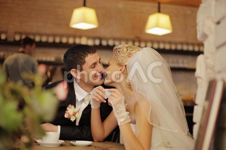 カフェで休憩する夫婦6の写真