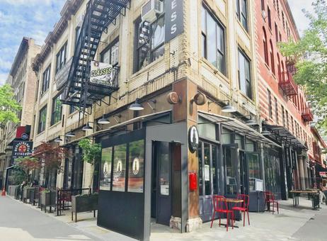 밝은 뉴욕의 거리와 카페