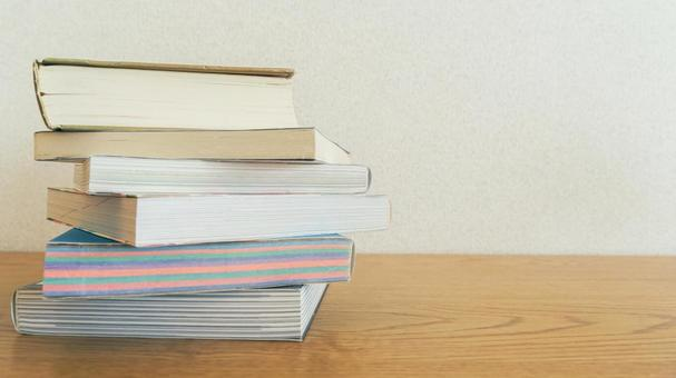 在木紋桌上堆積的讀書圖像