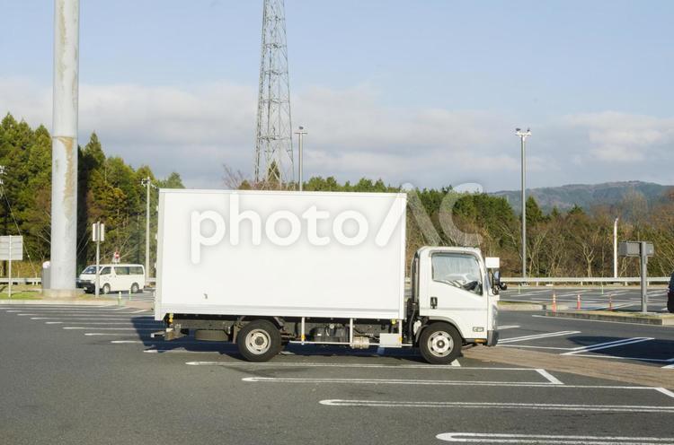駐車場のトラックの写真