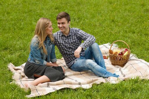 夫妻2依偎坐在毯子