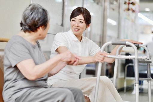 歩行器を使うおばあちゃんと介護士5