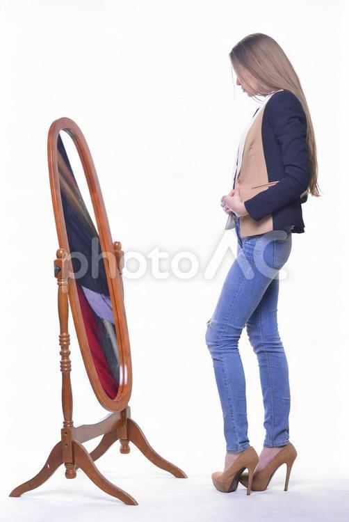 外国人モデル 服を選ぶ1の写真