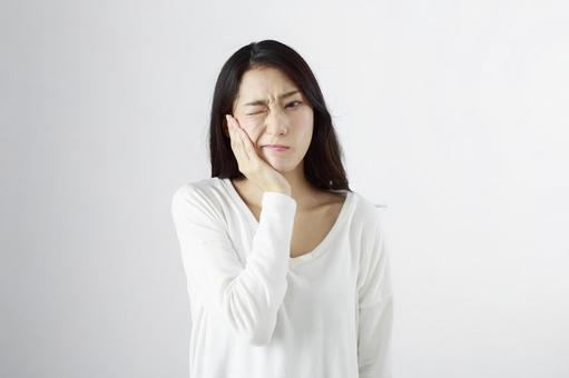 Japanese women suffering from toothache 2