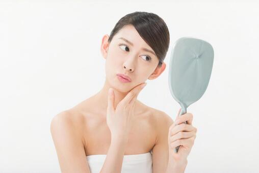 손거울을보고 피부를 체크하는 여자 3