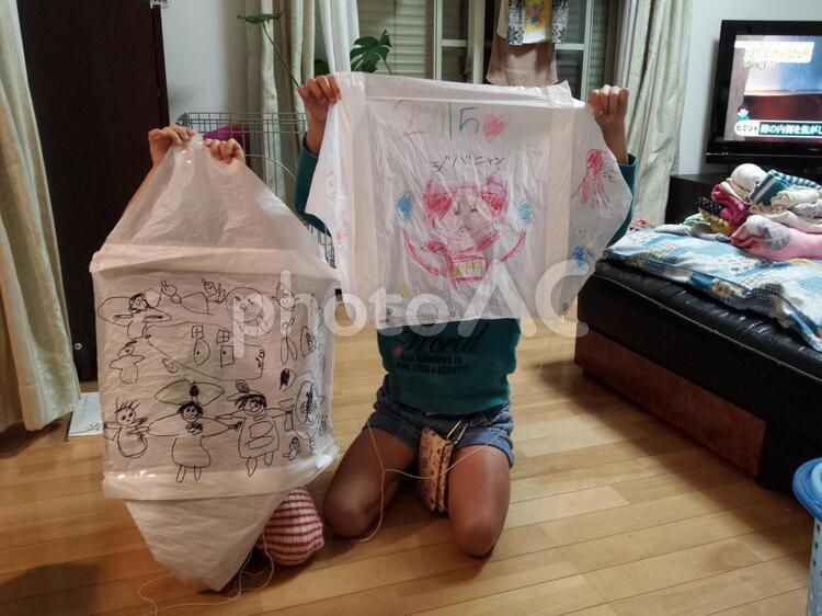 ビニール袋で凧を作った姉妹の写真