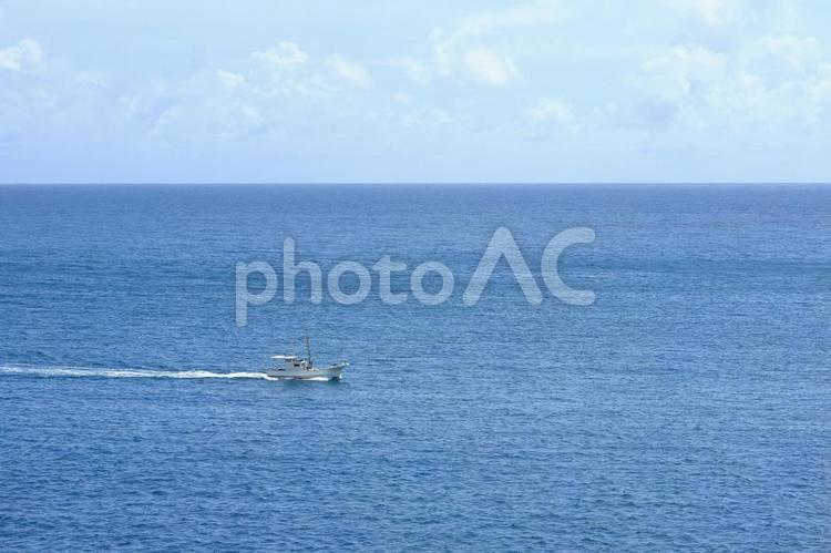 海と漁船の写真