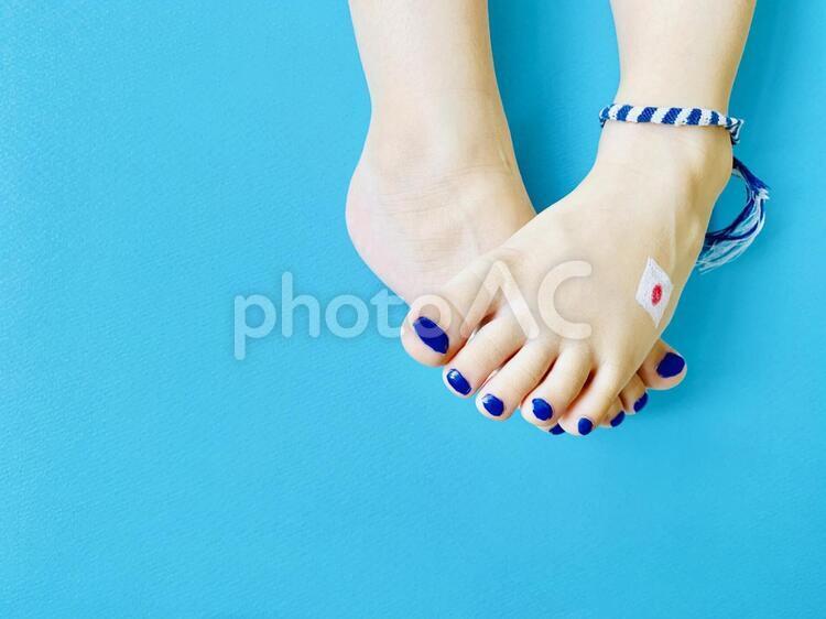 応援サポーターイメージ × 子供の足の写真