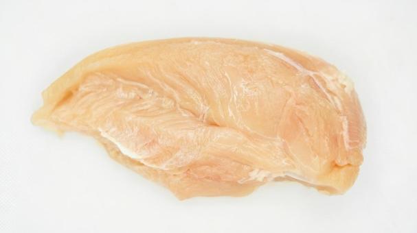끄기 전의 닭고기 (흰색 배경)