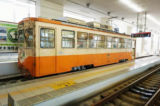 The Manyo line tram that is stopped at Takaoka station