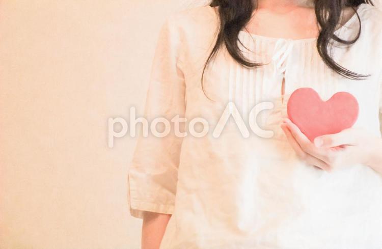 日常-ハートのオブジェを持つ女性の写真