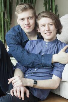 同性戀夫婦14坐靠在沙發上