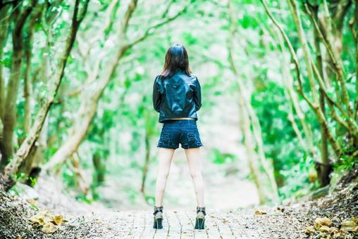 숲에 서 여성