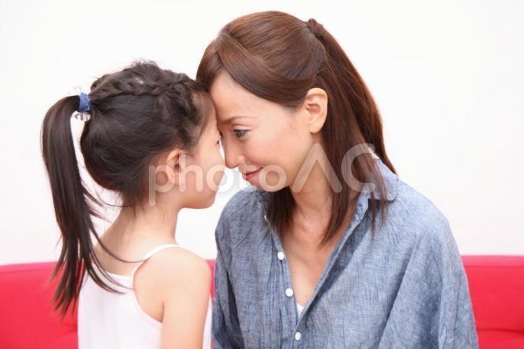 熱を測る親子1の写真