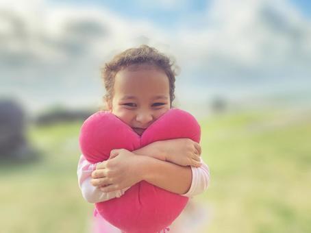 ハートを抱きしめる女の子