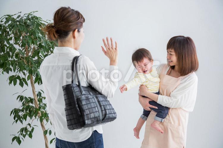 託児所に赤ちゃんをあずける(泣く)の写真