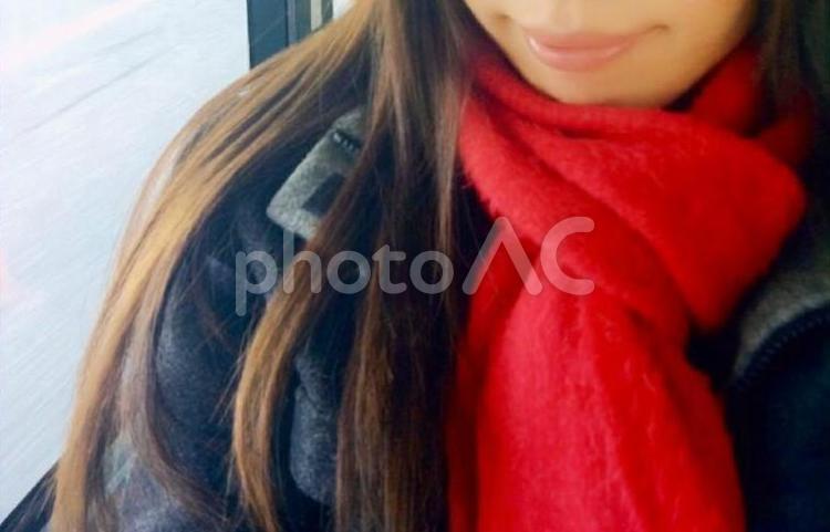 赤いマフラーの女性の写真