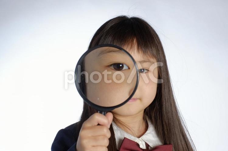 ルーペを持った女の子2の写真