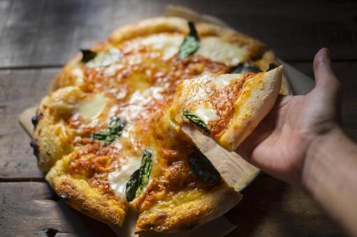 手裡握著比薩