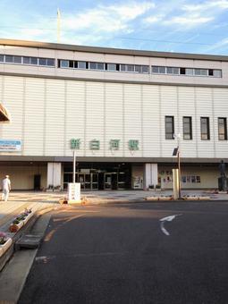 신 시라카와 역의 역전