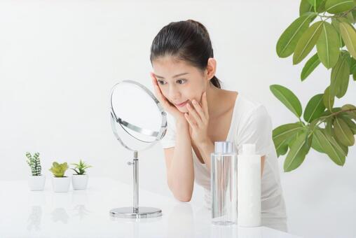 거울로 피부를 체크하는 여성 (정면) 1
