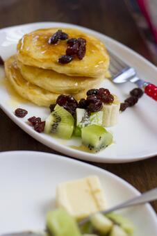 Hot cakes and fruits
