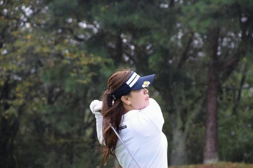 ショット後に打球を見守るゴルフ女子