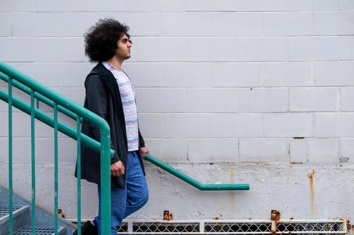 계단을 내려 중동 계 남성의 초상화