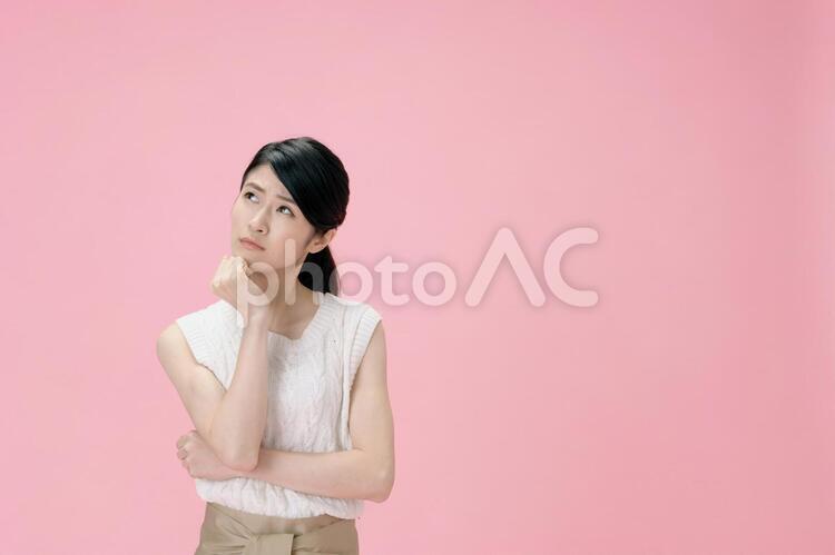 ポーズをとる日本人女性12の写真
