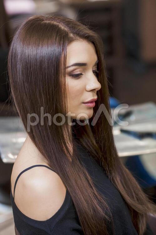 ヘアサロンで髪を整えた女性5の写真