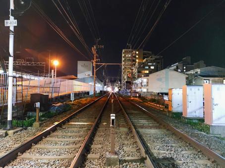 교토 밤의 쿄토 게 이신 센의 야마시나 역을 멀리서 보면