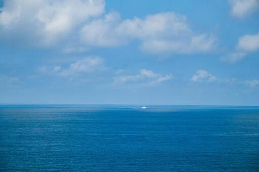 여름의 푸른 하늘과 깨끗한 바다