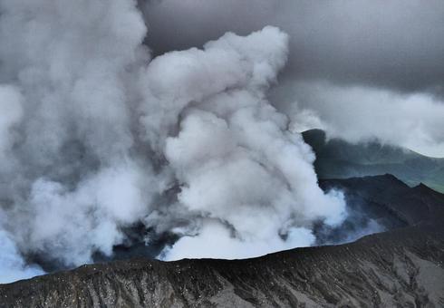 阿蘇山火山口附近的風景