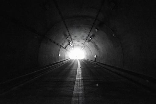 黑暗隧道盡頭的光 0707