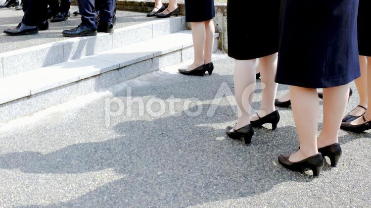 スーツ姿で並ぶ就活生の写真